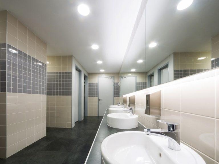 Натяжной потолок в общественном туалете 4к3